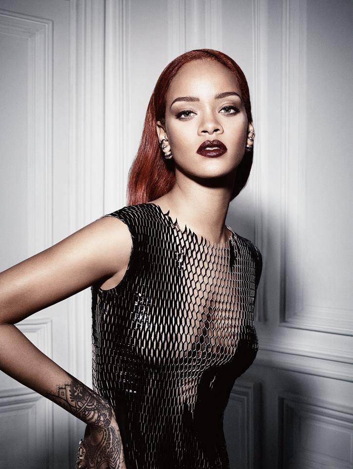 Photos : Rihanna : compltement nue et califourchon sur